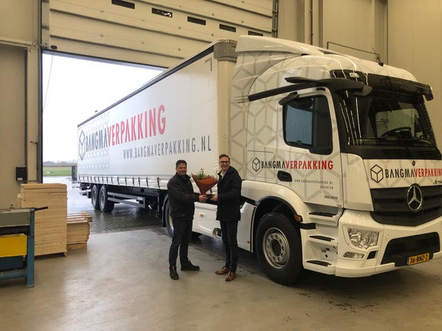 Op de foto (links) Gert Mulder van Bangma Verpakking en (rechts) Berry Zweekhorst van Wensink Bedrijfswagens.